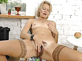 Download video bokep Mature Blonde MILF Diana V Plays With Her Hairy Pussy Mp4 terbaru