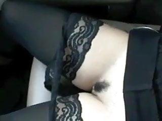 elle s exibe dans la voiture