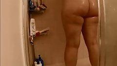 ARAB CURVY WIFE SHOWS HER CURVY BODY