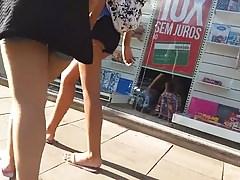 duas putinhas passeando e uma mostrando a bunda