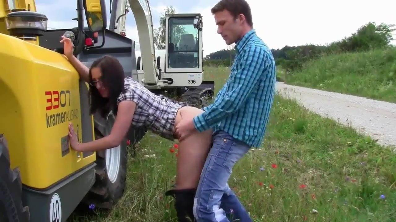 видео тракторист трахнул доярку если посмотреть