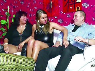 Download video bokep Mutti und Papa ficken ihre Stief-Tochter im geilen Dreier Mp4 terbaru