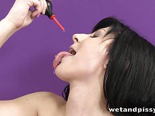 Download video bokep Cute raven haried babe pissing in solo scene Mp4 terbaru