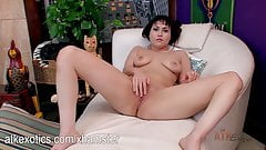 Audrey Noir loves to cum by playing with her snatch