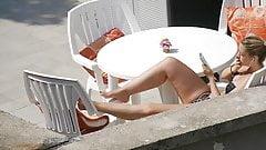 Chica rubia en ropa interior en la terraza
