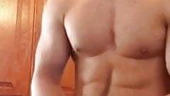 Горячий мускулистый ебарь стонет от красивой порции спермы