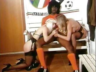 Moana Pozzi making BBC Cicciolina e Moana ai mondiali (1990)