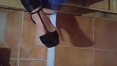 Troja con pantalone di Pele y taci hablando con su marido