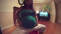 Que linda y grande pancita de esta hermosa embarazada
