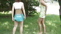 2 suesse Girlies pissen im Park