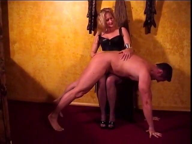 Видео госпожа зажала раба между ног и лупит по жопе — pic 6