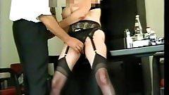Mitarbeiterin zeigt Chef Kitzler und Schamlippen