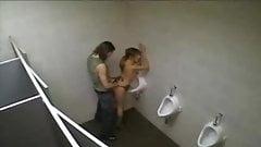 Fodendo a vadia no banheiro da rodoviaria