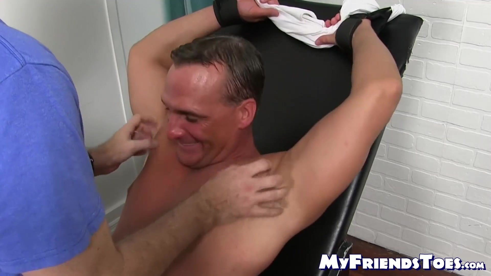 Mature hunk smiles and cries for assist whereas tickled