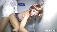 Isabelia en fransk moden analfucked i en parkeringsplass