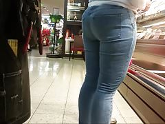 Big jiggly ass in blue jeans HD