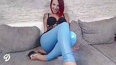Fetisch Legging in Blau Teen Striptease