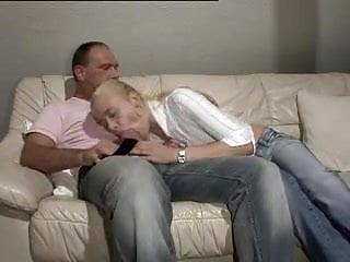 Une blondinette et un homme mur a grosse bite -