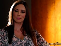 Stepmommy seduces teen beauty in the bedroom
