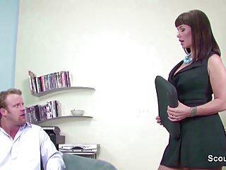 MILF Chefin hat Lust auf den grossen Schwanz von ihm