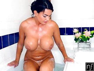 Pechugona Follando Tras Verla en La Bañera - Chloe Lamour