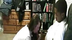 Une jeune salope suce et baise avec un black