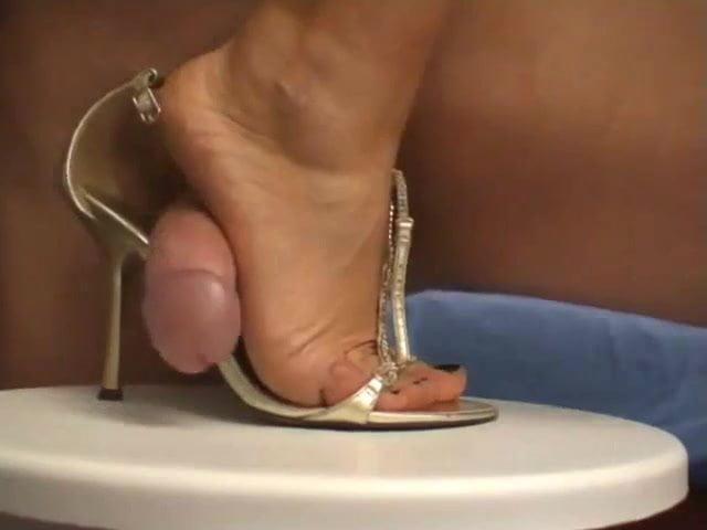 мужик дрочит на женскую обувь видео - 1