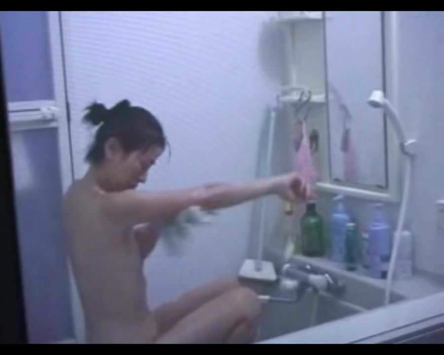 Japanese Housewife Shows Her Pussy and Enjoys Digging