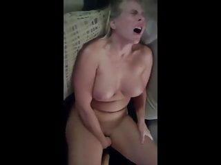 Mature blonde se masturbe et se fait prendre par un black