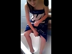 She shoves a Pothandle up her Pussy