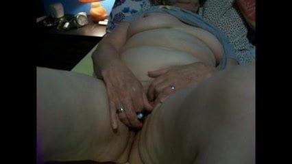 Старушка мастурбирует на скрытую камеру, светанула случайно грудью