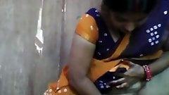 Индийская женщина занимается сексом