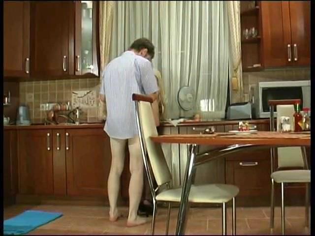 ロシアの成熟したクリスティーはテレビの修理師によって犯された