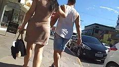Morena bunda gigante de vestido solto marcando a calcinha