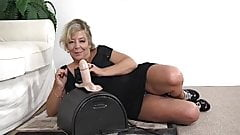 Busty mature cums on the sybian