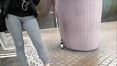 Юная блондинка с удивительной верблюжьей лапкой и задницей в леггинсах скрытой камерой