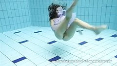 Aneta shows her gorgeous body underwater