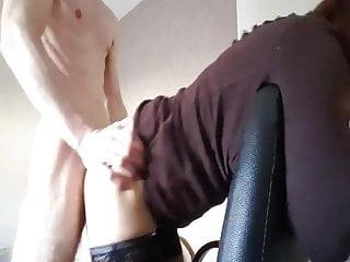 web cam en levrette sur la chaise de bureau