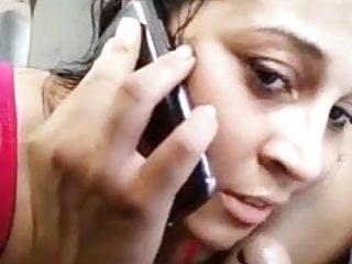 Ligando pro marido corno enquanto chupa o pau do amante