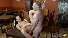 Hottie Anna Rose let old lover stretch her wet pussy in bar