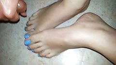 french lover wife wank on her blue toes feet