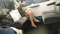 Sexy Blondine mit Pumps und geilen Nylons