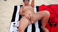Wonderfull Lisa masturbate at the beach's Thumb