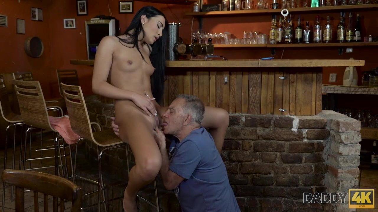 smotret-porno-poznakomilsya-v-restorane-i-ottrahal