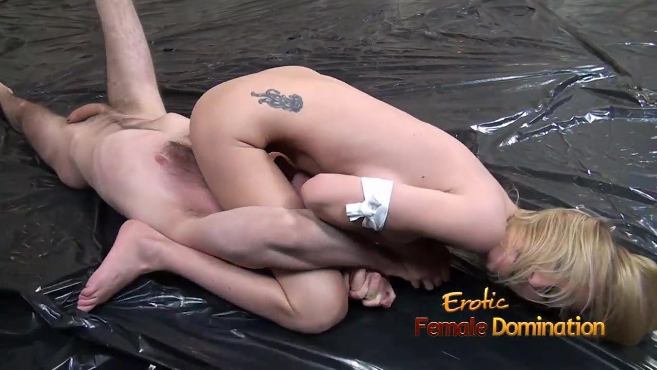 nude women fighting against her male opponent facesitting