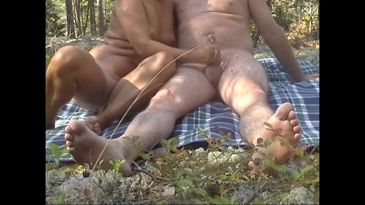 Девки дрочат хуй пацану в лесу видео