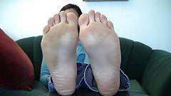 scrunching Her soles