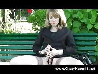 Elle exhibe sa chatte sur un banc public avec un gode