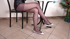 Super Leggy brunette pantyhose shoeplay