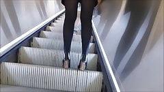 Upkirt brunette jupe kaki (slowmo)